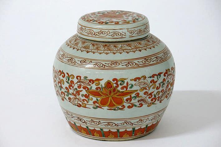 Chinese gedekselde gemberpot in porselein met een polychroom floraal decor - hoogte : 17 cm