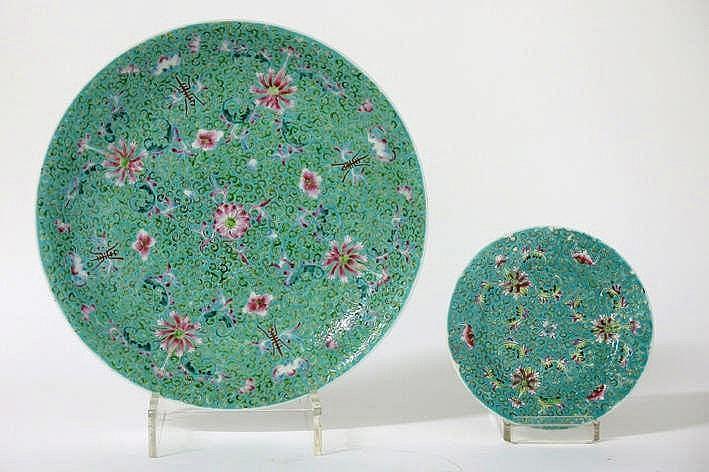 Lot van een Chinese schaal en een bord in gemerkt porselein met een mille fleursdecor met vleermuizen - diameters : 32 5 en 17 3 cm