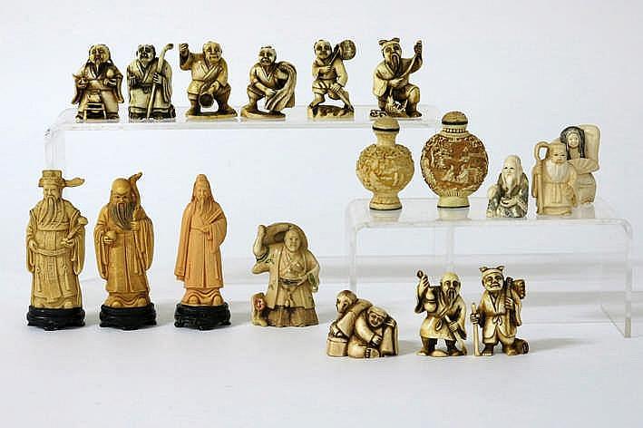 Lot (18) aziatica : vier kleine beeldjes twaalf netsuké's en twee opiumflesjes