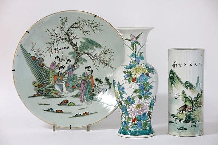 Lot (3) Chinees porselein met een schaal met een polychroom figurendecor (diameter : 41 cm) een rolvaas met een polychroom landschapsdecor (hoogte : 28 cm) en een vaas met een polychroom bloemendecor (hoogte : 35 5 cm)