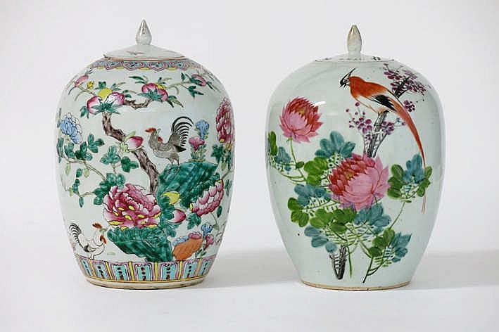 Lot van twee gedekselde Chinese gemberpotten in porselein met polychroom decor - hoogtes : 32 cm