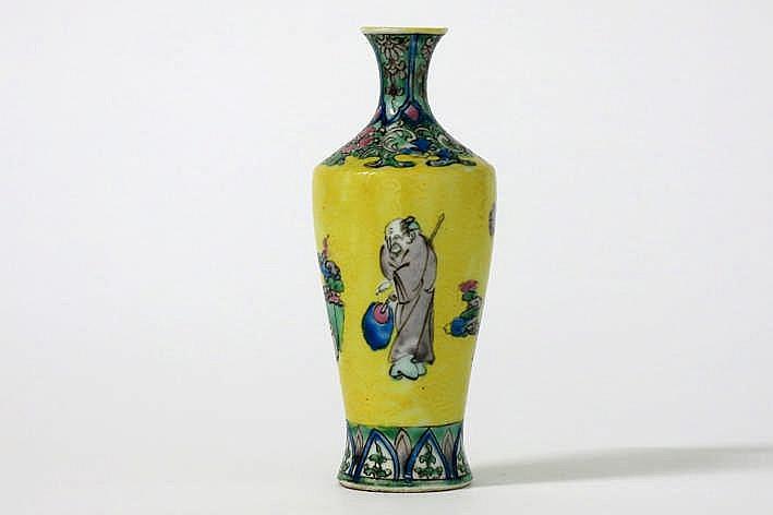 Kleine Chinese vaas in gemerkt porselein met onder de gele glazuur liggend reliëf en met polychroom decor - hoogte : 12 2 cm
