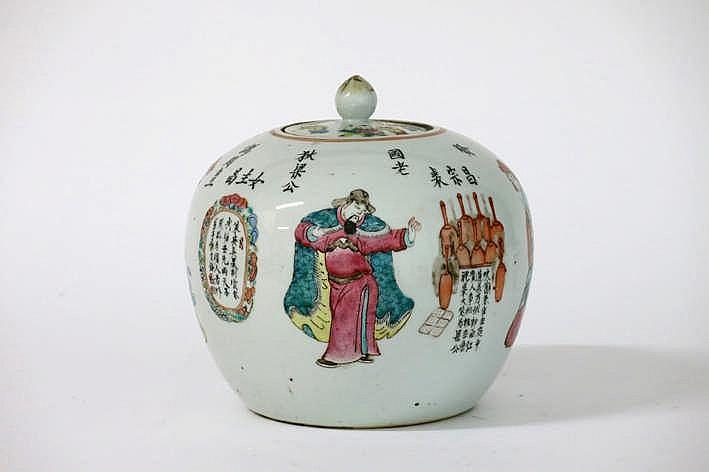 Negentiende eeuwse Chinese gedekselde gemberpot in porselein met een polychroom decor met personages en met cartouches met teksten - hoogte : 22 cm