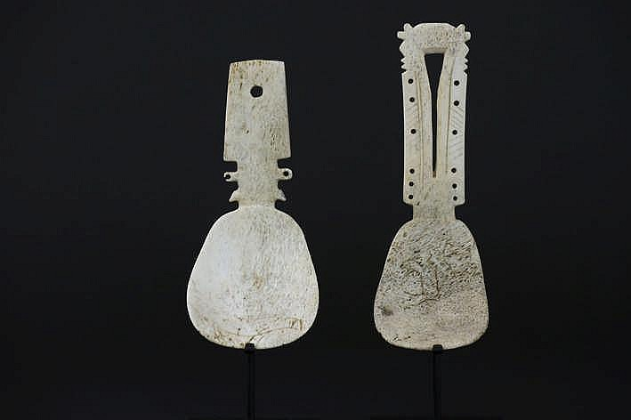 ALASKA/INUIT - 19°/20° EEUW twee lepels in kariboe- of walvissenbeen met karakteristiek gesculpteerde greep - met mooie gebruikspatine - 13 x 5 5 en 14 7 x 4 3 cm - gemonteerd uit een Engelse collectie ref :