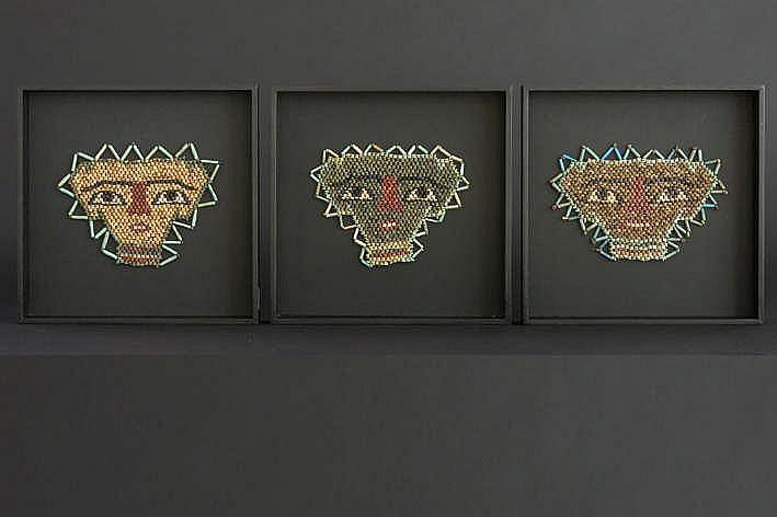 OUD-EGYPTISCH RIJK - 26°-30° DYNASTIE (672 - 343 BC) lot met drie grafvondsten : dodenmaskers gemaakt van kralen in gekleurde keramiek met een sterk gestileerd menselijk gelaat die op de kist werden bevestigd - telkens 10 x 15 5 cm - gemonteerd in