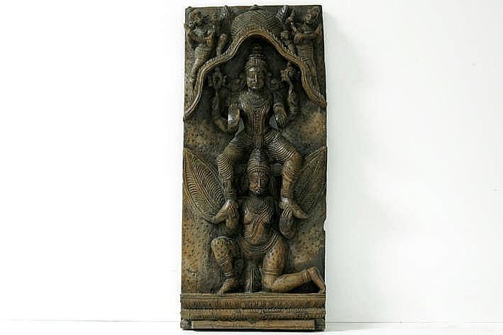 20ste eeuwse Indische houtsculptuur met verschillende hindoeïstische personages - 55 5 x 23 5