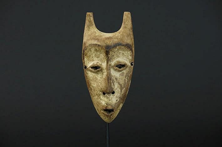 AFRIKA/KONGO zgn 'Lega Kayamba' - paspoort masker in mooi gepatineerd hout en met restanten van kaolinhe collectie (Oostende) ref : 'Joyeux Lega' van Baeke