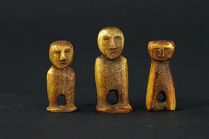 RUSLAND/TSCHUKTSCHEN lot van 3 kleine Eskimo-sculptuurtjes in walvissenbeen telkens in de vorm van een Eskimoman - hoogtes : 4 7 3 7 en 3 8 cm uit een Engelse collectie ref :