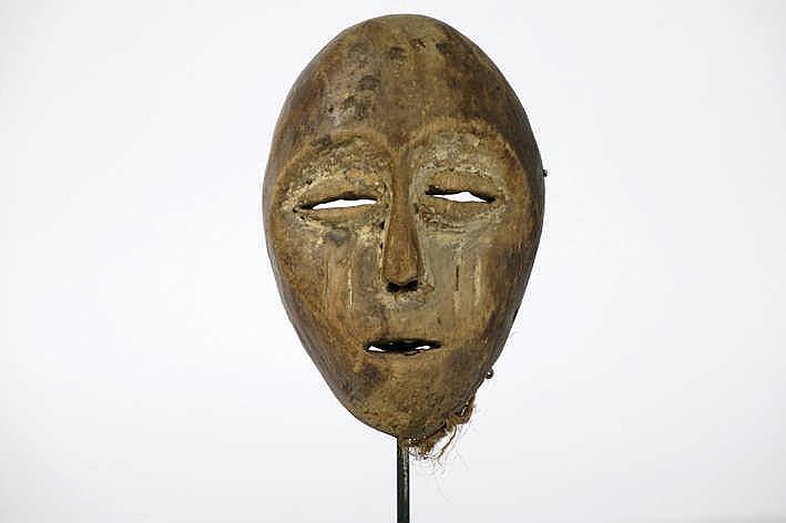 AFRIKA/KONGO - 20° EEUW goed oud 'Lega'-masker met typische hartvorm in hout met restanten van de originele polychromie en met typische amandelvormige ogen en scarificaties - hoogte : 17 cm - gemonteerd uit de Belgische collectie van de familie