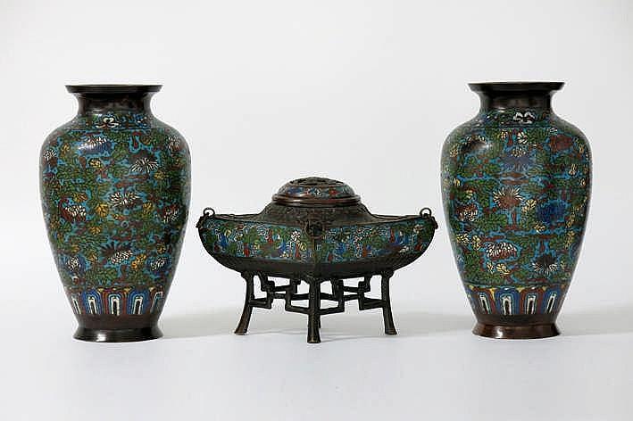 Antiek driedelig Chinees kaststel in brons met cloisonné : een paar vazen (hoogte : 33 5 cm) en een brûle-parfum met aparte vorm (hoogte : 20 5 cm)