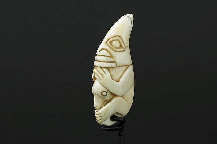 CANADA/NOORD-WESTELIJKE KUST - 19° EEUW mooie amulet van een Haïda- of Tiglit- sjamaan in ivoor van een walvis (whaleross of spermwhale) met een sterk gestileerde antropomorfe voorstelling - hoogte : 5 5 cm - gemonteerd uit een Engelse collectie