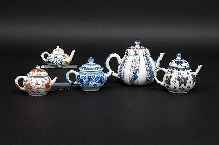 Lot van vijf Chinese achttiende eeuwse thee/trekpotjes in porselein één met blauwwit en vier met Imari-decor - hoogtes : tussen 4 5 en 9 5 cm