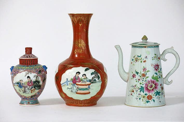 Lot (3) porselein met een gedekseld Chinees vaasje (gemerkt / 19 cm hoog) een antieke Japanse buikvaas (hoogte : 30 cm) in gemerkt porselein met rode glazuur en uitgespaarde cartouches met personages en een achttiende eeuwse chocoladekan (hoogte : 18