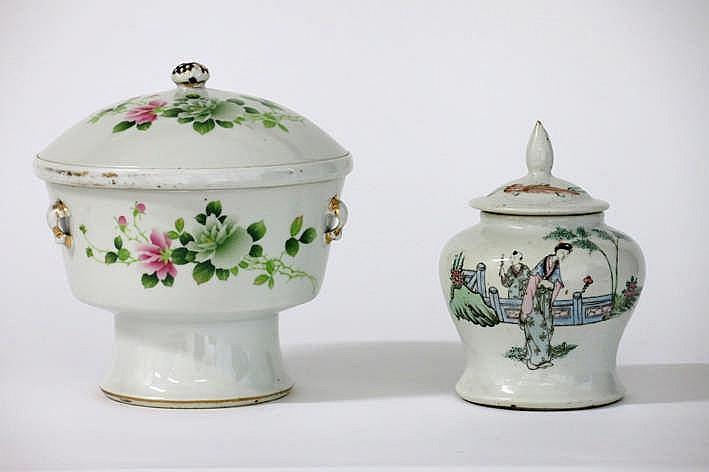 Lot (2) Chinees porselein met een gedekselde pot (met originele binnenschaal) en een antiek gedekseld vaasje met polychroom decor - hoogtes : 20 en 16 5 cm