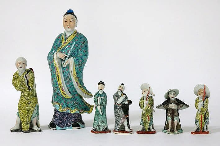 Lot (7) Chinese bibelots in porselein telkens in de vorm van een personage - hoogte van 15 tot 42 cm