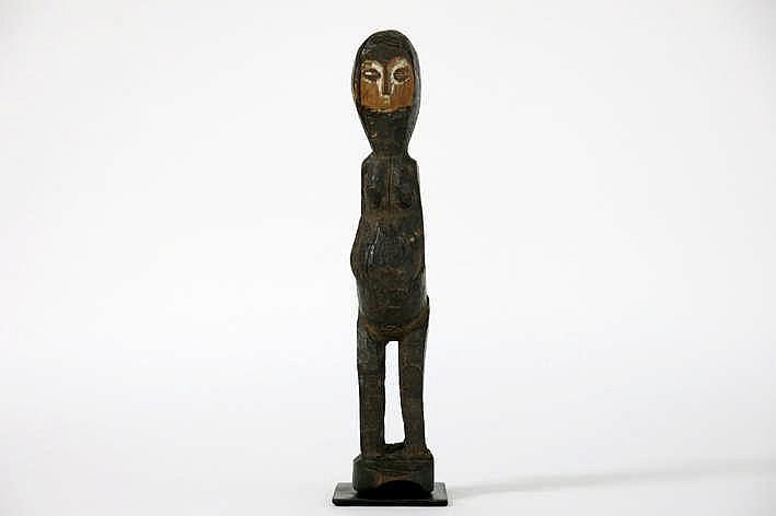 AFRIKA/KONGO - 20° EEUW 'Lega'-sculptuur in met een steen gebeeldhouwd hout en met de sterk gestileerde naïef-primitieve voorstelling van een vrouwelijke figuur - hoogte : 27 cm uit een Belgische collectie (Oostende) ref :