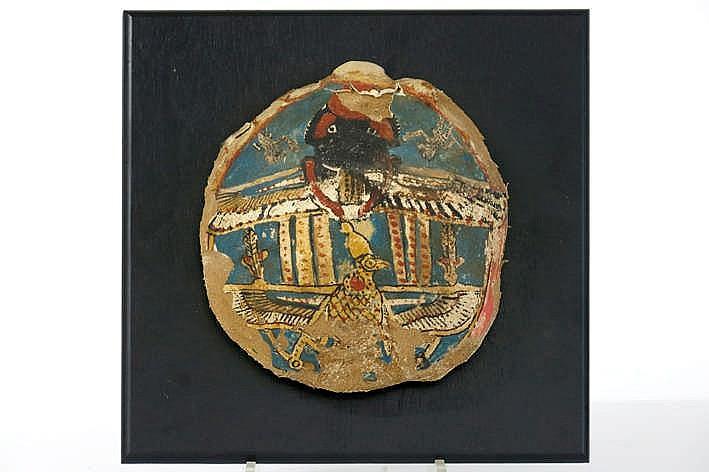 OUD-EGYPTE - XXVI tot XXXste dynastie (672 - 343 BC) grafvondst : een zgn cartonage met polychrome beschilderinge en bladgoud en met de voorstelling van een scarabee die de zonneschijf voortrolt als symbool van de wederopstanding en met Neckbet als