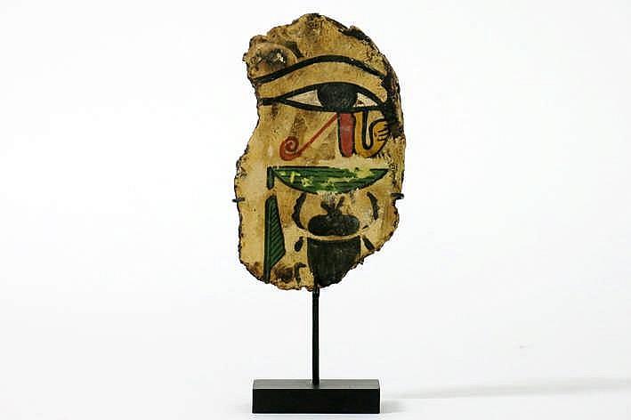 OUD-EGYPTE - XIX° DYNASTIE (1306 tot 1186 BC) fragment van een cartonage (van een mummie) met goedbewaarde polychrome voorstellingen ondermeer van een typisch Egyptisch oog - 11 x 7 - gemonteerd