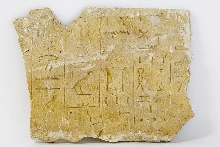 OUD-EGYPTE - XXVI tot XXXste dynastie (672 - 343 BC) mooie grafvondst : een plaket in kalksteen met ingkerfde hiërogliefen - 27 x 36