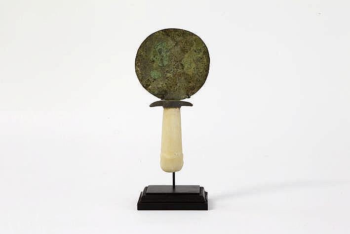OUD-EGYPTE/MIDDEN-RIJK (2033-1786 BC) zeer goed bewaarde spiegel in gepatineerde brons met greep in albast versierd met een sculptuur met twee eendenkoppen x 8 7 cm met certificaat van Christophe Varosi dd 2016
