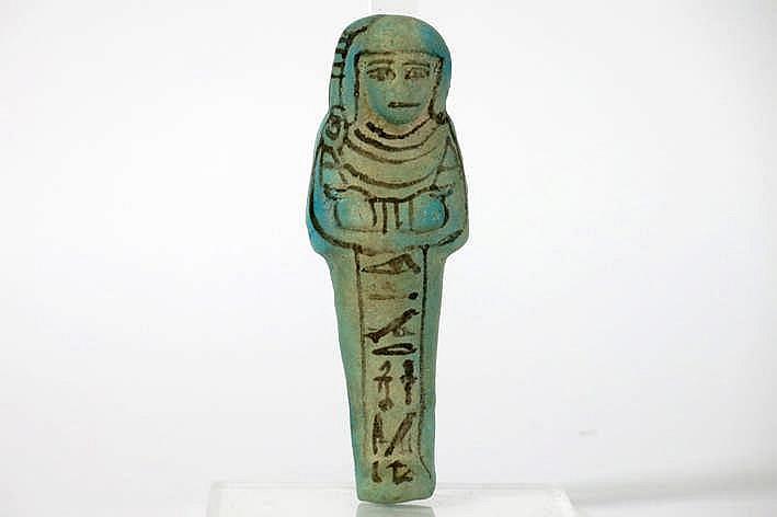 OUD-EGYPTE/NIEUW RIJK - 19° DYNASTIE (ca 1306-1186 BC) sculptuur zgn 'Ushabti' in geglazuurd aardewerk met typisch blauwe en zwarte kleur en met hiërogliefen verwijzend naar de opperpriester van Ptah genaamd