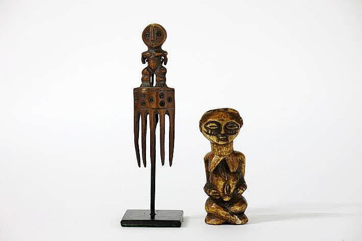 AFRIKA/KONGO EN KAMEROEN 2 objecten in ivoor : * 'Lega' - kam met vijf tanden bekroond met een staande antropomorfe sculptuur met een typisch gelaat met klassieke vorm en fijnuitgesneden trekken en met een typisch zgn 'bibendum' - corpus - hoogte :