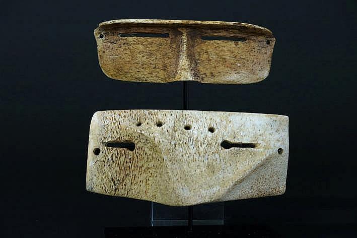 ALASKA/NOORD-WESTELIJKE GEBIEDEN/INUIT - 20° EEUW twee originele Eskimo-'Ikaak'-sneeuwbrillen in walvissenbeen - breedte : ca 14 cm - gemonteerd uit een Engelse collectie ref :