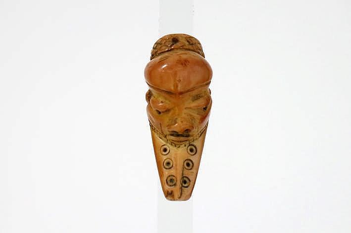 AFRIKA - KONGO fraai oud 'Ikoko' amuletmaskertje van de 'Lega' in mooi gepatineerde ivoor en met typische vorm en trekken - hoogte : 6 8 cm uit Belgische collectie (Oostende) ref : 'Joyeux Lega' van Baeke