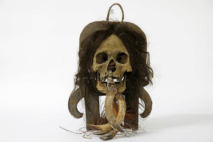INDONESIË / CENTRAAL SULAWESI - KALIMANTAN - 19° EEUW belangrijke en zeldzame 'Dayak'-sculptuur van de 'Apo Kayan'-stam gerealiseerd met een gesnelde en berookte en met roet bedekte schedel hout menselijk haar en een everzwijnentand - hoogte : 43 5
