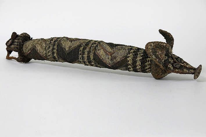 PAPOEASIE NIEUW - GUINEA peniskoker van de 'Sepik' met een typische sterk gestileerde dierenvorm in getresseerde vegetale vezels met pigmenten - hoogte : 70 cm
