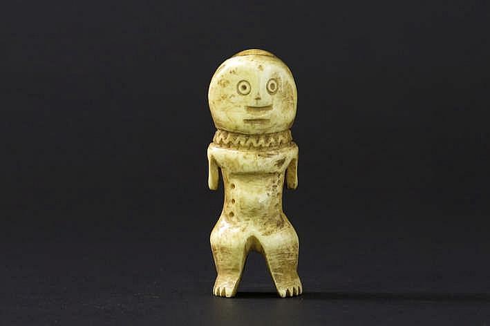 AFRIKA/KONGO fraaie kleine antropomorfe 'Lega' - sculptuur met het typisch vrij grote ovoïde gelaat met ronde ogen op een sterk gestileerd lichaam met een collier rond de nek - mooie ouderdoms - en gebruikspatine - hoogte : 8 1 cm uit een Belgische