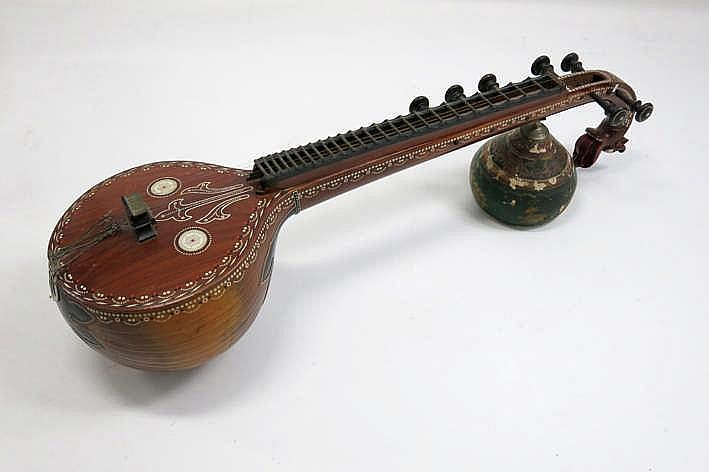 Oud Indisch snaarinstrument een zgn sitar - breedte : 130 cm