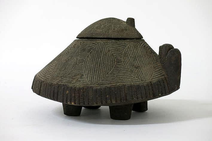 BIRMA - NAGALAND vrij zeldzame gedekselde doos in hout met inkervingen en in de vorm van twee schildpadden - breedte : 29 cm