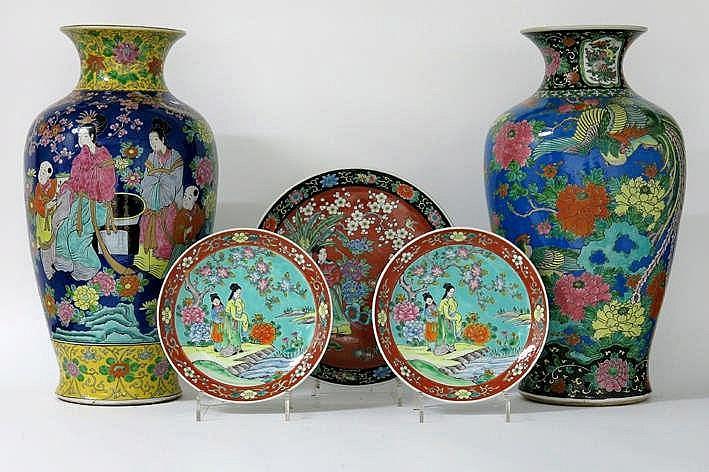 Lot van drie Japanse schalen (diameter : 27 5 en 37 cm) in gemerkt porselein met een polychroom decor en twee vrij grote Japanse vazen in gemerkt porselein met een polychroom decor één met personages en één met een paradijsvogel (hoogte : 61 cm) cm