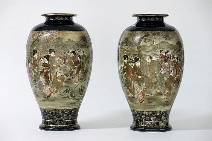 Lot met een paar vazen in Japanse faiënce met kobaltblauw oppervlak met uitsparingen met polychroom figurendecor - hoogte : 41 5 cm