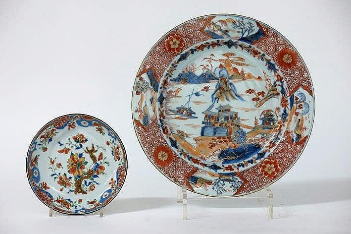 Lot (2) achttiende eeuws Chinees porselein met een bordje (diameter : 15 5 cm) met Famille Rose-decor en een schaal (diameter : 29 cm) met een Imari-landschapsdecor