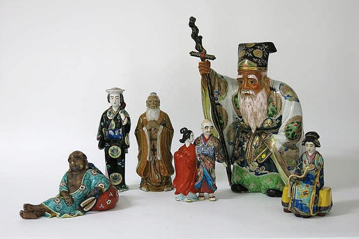 Lot van zes Japanse en Chinese figuren in porselein waaronder een vrij grote
