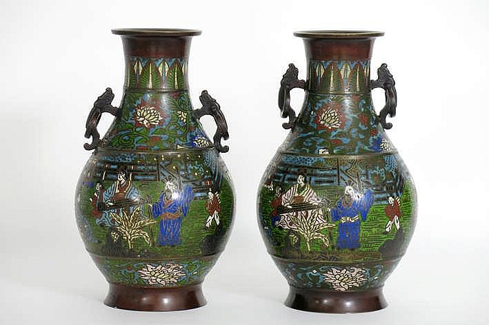 Lot met een paar antieke Chinese vazen in gemerkt brons met cloisonné (champlevé-techniek) met een figurendecor - hoogte : 34 cm