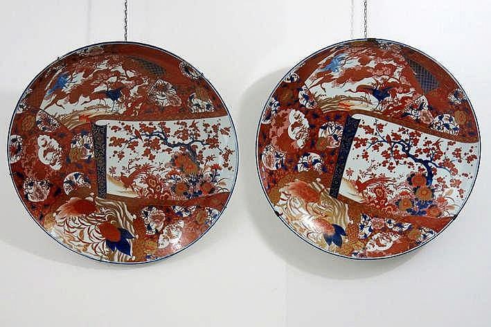 Lot met een paar grote ronde Japanse schalen in porselein met Imari-decor met vogels en bloemen - diameter : 61 cm