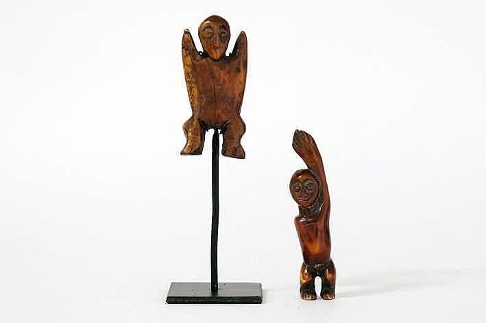 AFRIKA/KONGO 2 'Lega' - sculptuurtjes in ivoor telkens met een sterk gestileerde antropomorfe vorm met typisch gelaat met amandelvormige ogen - hoogte : 10 1 en 8 3 cm uit Belgische collectie ref : * 'Joyeux Lega' van Baeke * 'L'Art des Lega' -