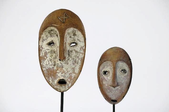 AFRIKA/KONGO twee 'Lega'-maskers met typische hartvorm in mooi gepatineerd hout met restanten van kaolin - hoogte : 19 3 en 13 5 cm - telkens gemonteerd uit Belgische collecie (oostende) ref : 'Joyeux Lega' van Baeke