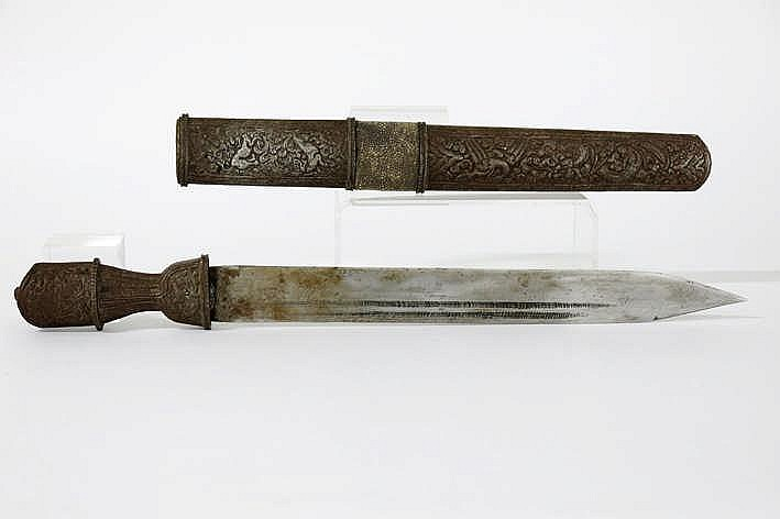 TIBET - 19° EEUW kort zwaard in zilver koper en ijzer en met schede en greep versierd met fijnuitgewerkte dieren en arabesken en met haaienvel - lengte : 50 cm