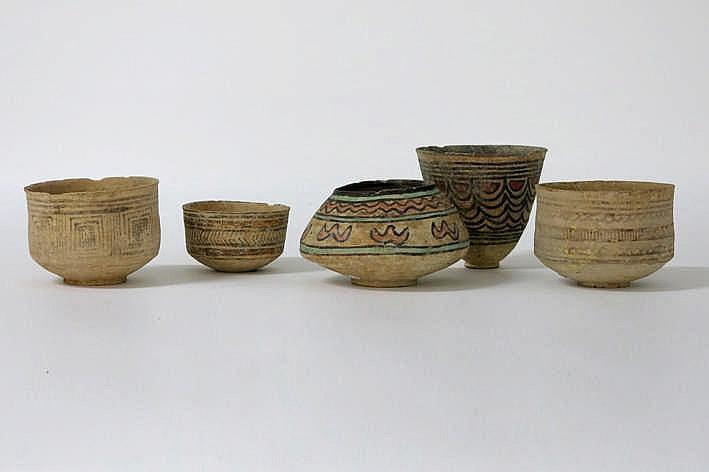 WEST-PAKISTAN/BALUCHISTAN - INDUS-CULTUUR - ca 3000 BC lot van vijf kommetjes in aardewerk met beschildering met geometrische motieven één ervan polychroom - hoogte van 5 tot 10 cm
