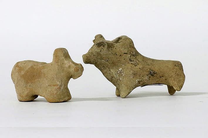 WEST- PAKISTAN/BALUCHISTAN - INDUS-CULTUUR - ca 3000 BC lot van twee grafvondsten in de gestileerde vorm van zeeboes in aardewerk - hoogte : 4 4 en 5 2 cm