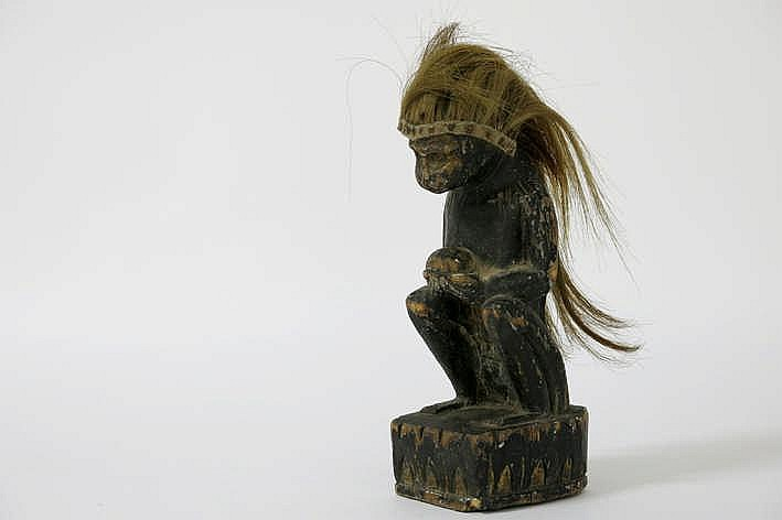 BIRMA - NAGALAND zeldzame sculptuur in hout met restanten van de originele polychromie en met de speciale voorstelling van Hanuman met hoodtooi van geitenhaar - hoogte : 29 cm