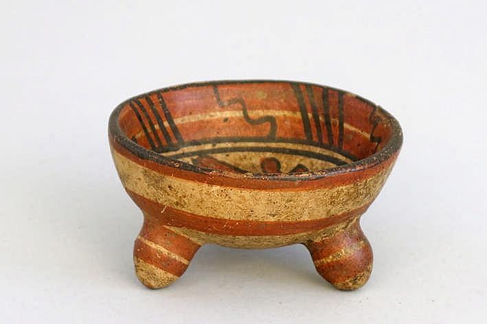 MEXICO / MAYA - CULTUUR (ca. 2000 BC - 250 AD) kleine schaal op drie pootjes in gepolychromeerd aardewerk met binnenin een typisch decor - hoogte en diameter : 5 en 10 cm