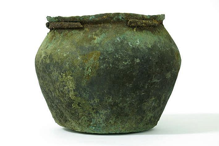 IJZERTIJD - KELTISCHE PERIODE (450 BC - 100 AC) zeldzame ketel of urne in brons met restanten van een ronde ijzeren band onder de randopening - hoogte : 22 cm - de zwarte aanslag verwijst vermoedelijk naar het feit dat dit object werd meegegeven in