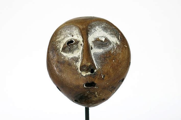 AFRIKA/KONGO apart en zeldzaam 'Lega' - dansmasker met typische hartvorm en karakteristieke ogen neus en mond en met een greep - in hout met restanten van de originele polychromie - 11 x 10 cm - gemonteerd uit Belgische collectie (Oostende) ref :