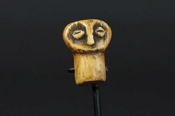 AFRIKA/KONGO - 19°/20° EEUW fraaie 'Lega'-amulet in ivoor met een mooie honingkleurige - en gebruikspatine en met de primitieve voorstelling van een menselijke gelaat - hoogte : 4 cm uit de Belgische collectie van de familie