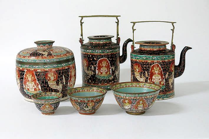 Lot (6) met drie kleine bowls een grote gedekselde bowl en twee theepotten in (waarschijnlijk Chinees) porselein voor de Thaisse markt met typisch polychroom decor